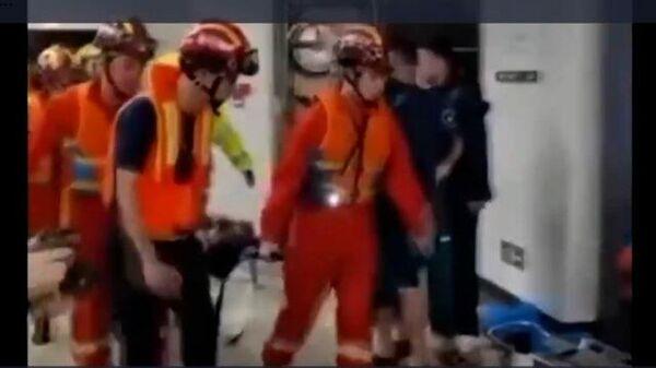 Эвакуация пассажиров из затопленного метро в Китае