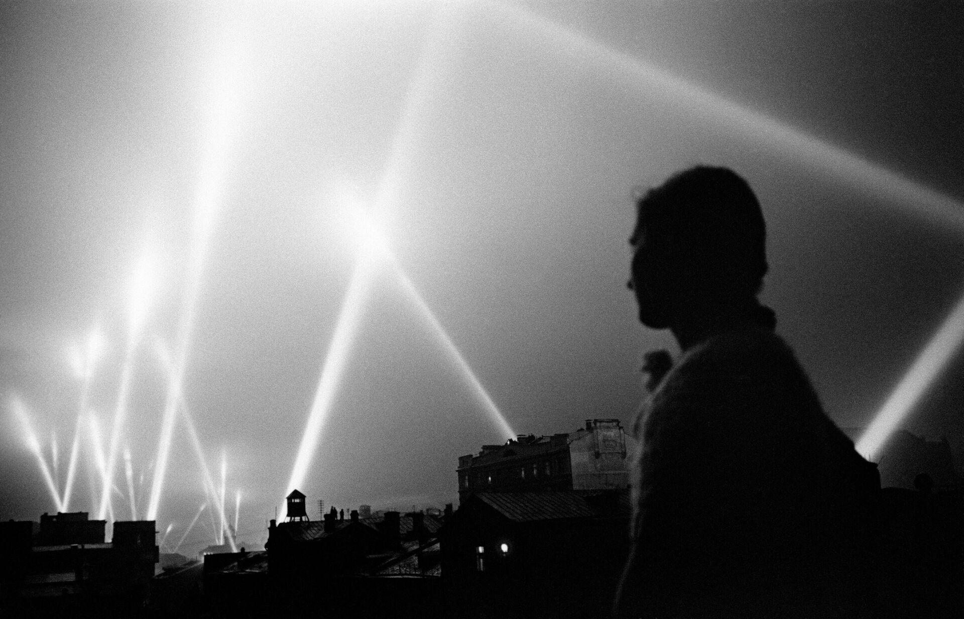 Великая Отечественная война 1941-1945 гг. Лучи прожекторов войск ПВО освещают небо Москвы. Москва, июнь 1941 год - РИА Новости, 1920, 21.07.2021