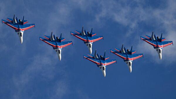 Пилотажная группа Русские витязи на самолетах Су-30СМ участвуют в летной программе МАКС-2021