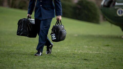 Военный помощник США несет сумку с кодами запуска ядерного оружия