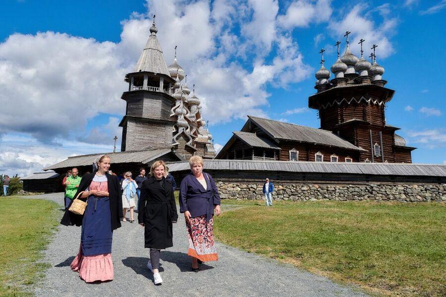 Министр культуры Ольга Любимова открыла церковь Преображения Господня в Кижах после реставрации