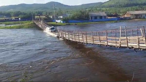 Обрушение моста в Забайкальском крае. Стоп-кадр из видео.
