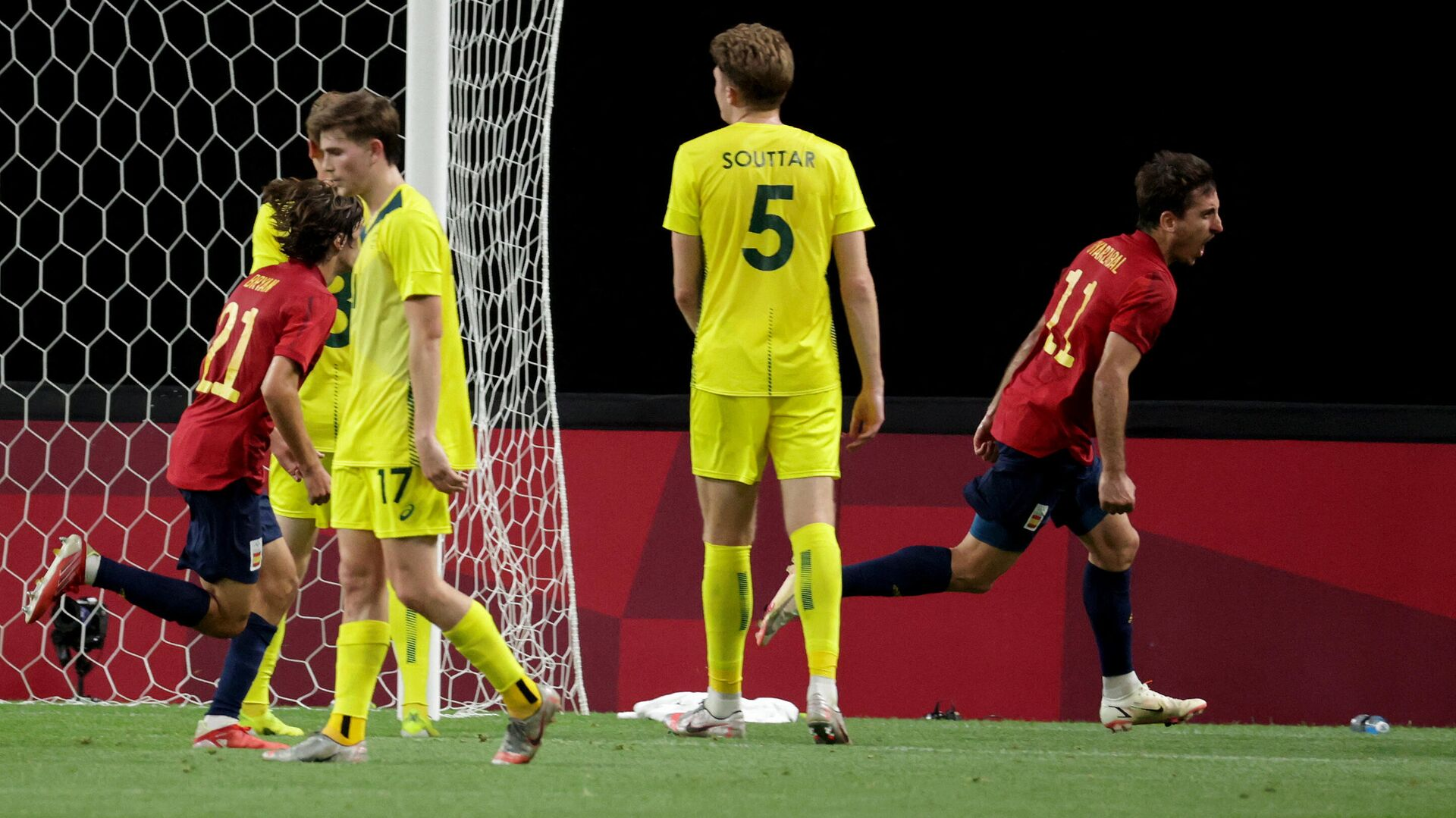 Spain's forward Mikel Oyarzabal (R) shouts in jubilation after scoring a goal during the Tokyo 2020 Olympic Games men's group C first round football match between Australia and Spain at Sapporo Dome in Sapporo on July 25, 2021. (Photo by ASANO IKKO / AFP) - РИА Новости, 1920, 25.07.2021