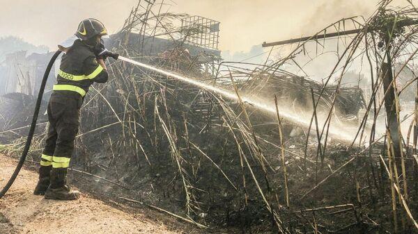 Пожарный во время тушения лесного пожара на Сардинии