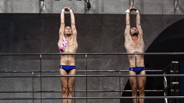 Российские спортсмены, члены сборной России (команда ОКР) по прыжкам в воду Александр Бондарь и Виктор Минибаев во время соревнований по синхронным прыжкам с вышки 10 метров среди мужчин на XXXII Олимпийских играх в Токио.