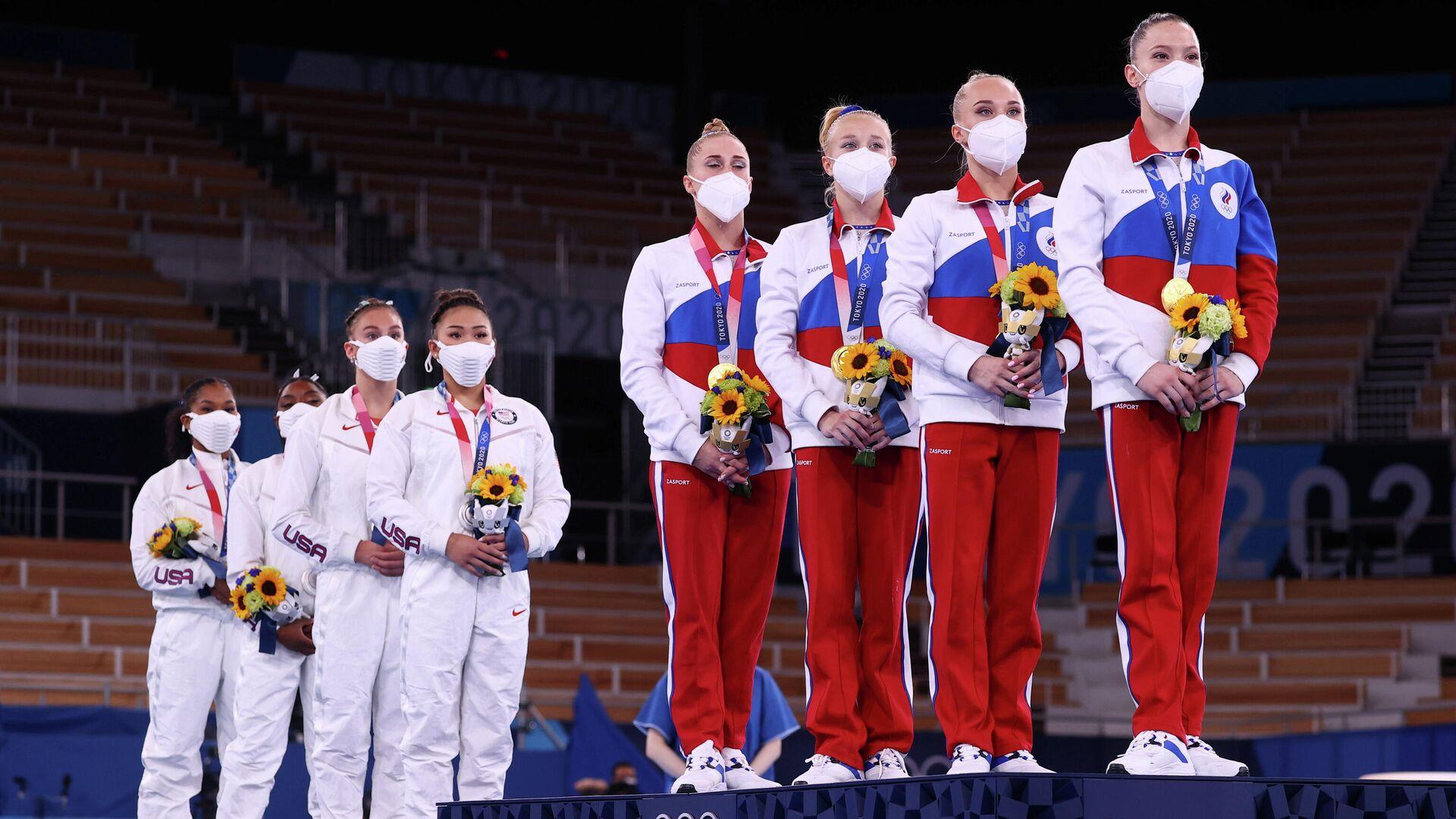 Гимнастки сборных США и России (слева направо) во время церемонии награждения - РИА Новости, 1920, 03.08.2021