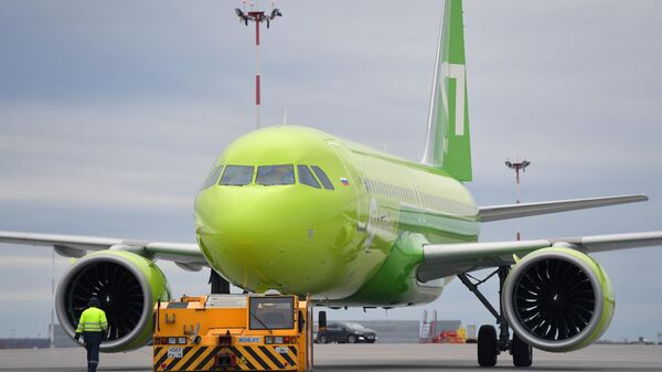 Сотрудник технической службы у самолета Airbus A320neo авиакомпании S7 Airlines