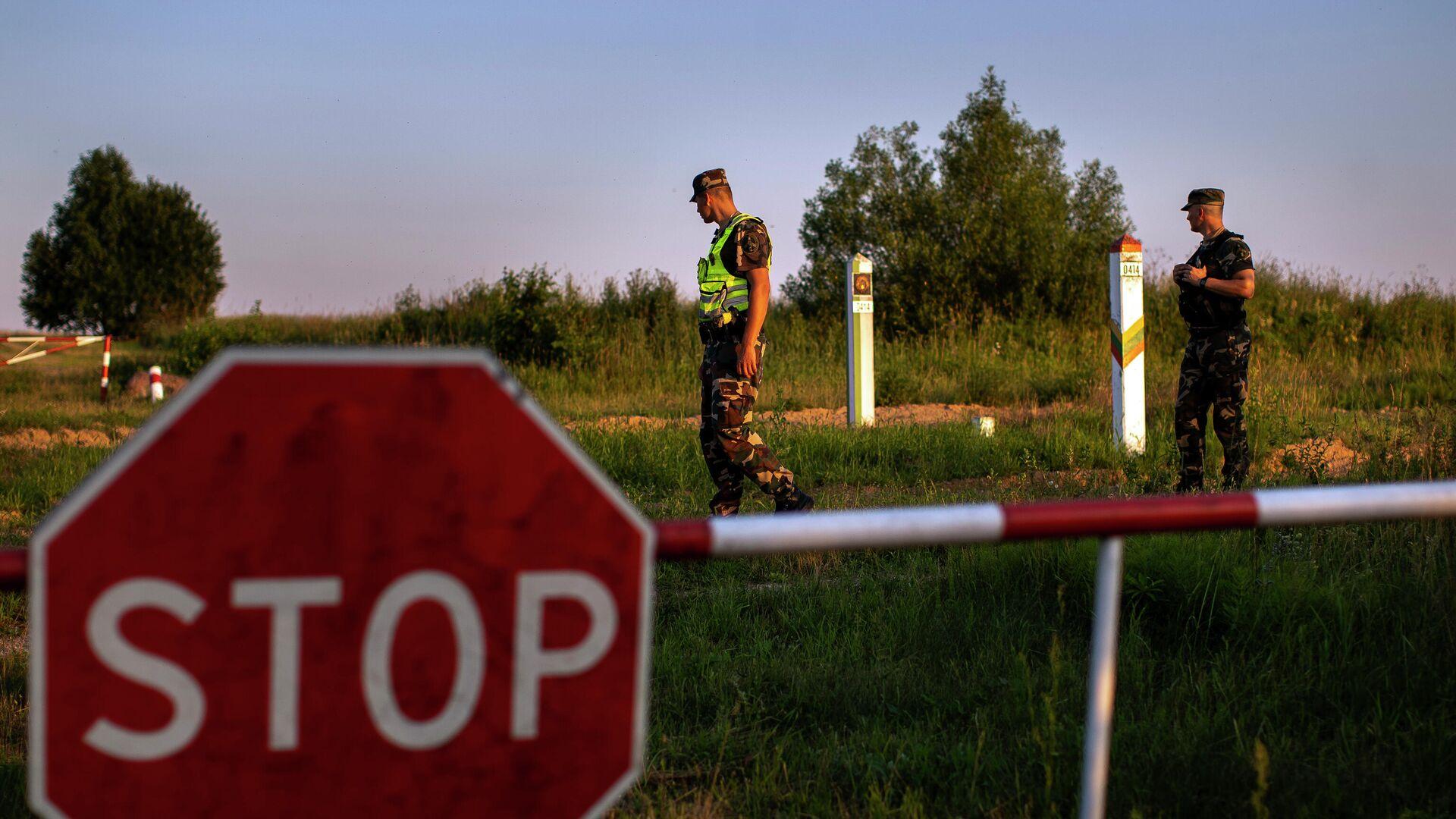 Литовские пограничники патрулируют участок на границе с Белоруссией - РИА Новости, 1920, 09.08.2021