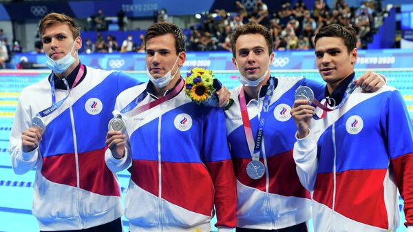 Российские пловцы на церемонии награждения олимпийскими медалями