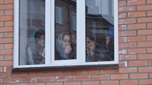 Женщины смотрят в окно, Грозный