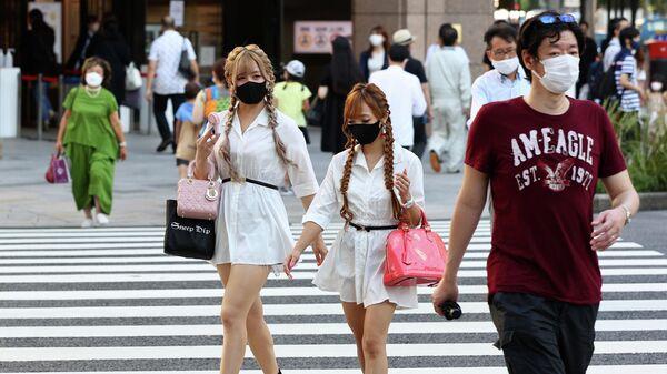 Люди переходят дорогу в Токио