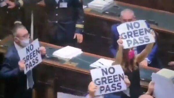 Кадры протестов в парламенте Италии против санитарных пропусков