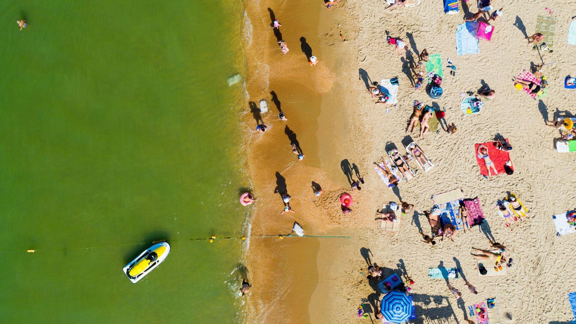 Отдыхающие на одном из пляжей в Анапе - РИА Новости, 1920, 04.08.2021