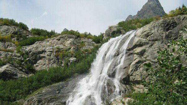 Алибекский водопад в окрестностях Домбая в Тебердинском заповеднике