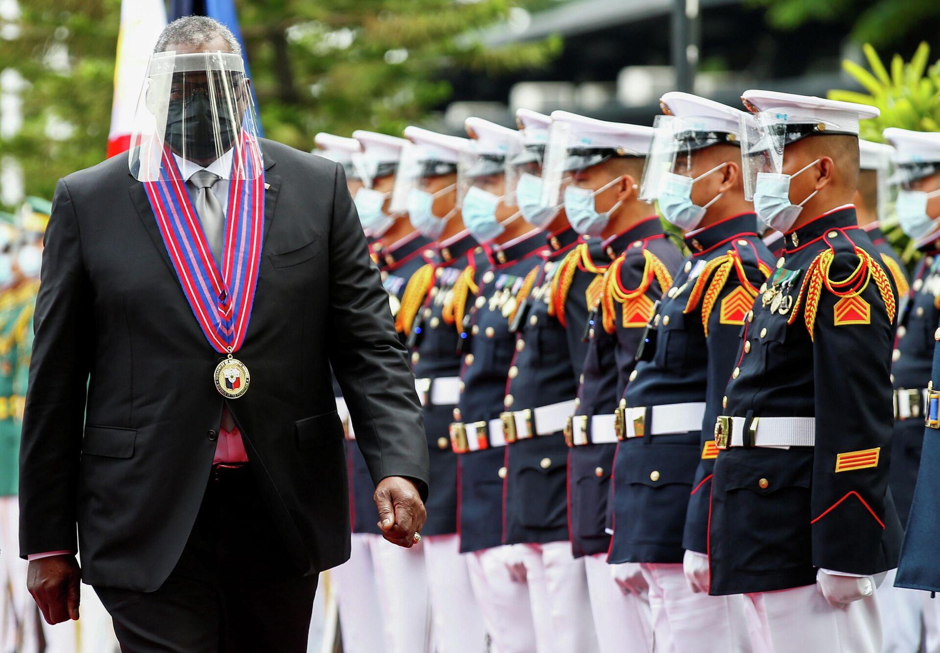 Министр обороны США Ллойд Остин проходит мимо почетного караула по прибытии в военный лагерь Camp Aguinaldo в Кесон-Сити на Филиппинах - РИА Новости, 1920, 30.07.2021