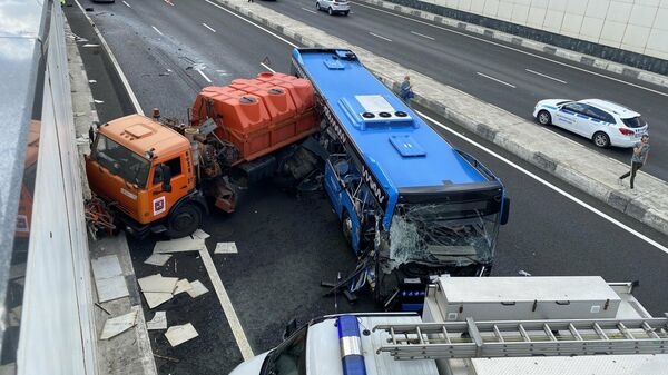 Последствия столкновения рейсового автобуса с грузовым автомобилем на Боровском шоссе в Москве