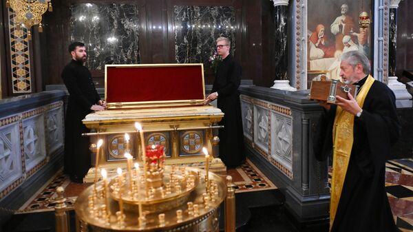 Возвращение ковчега с частицей мощей Александра Невского в Храм Христа Спасителя