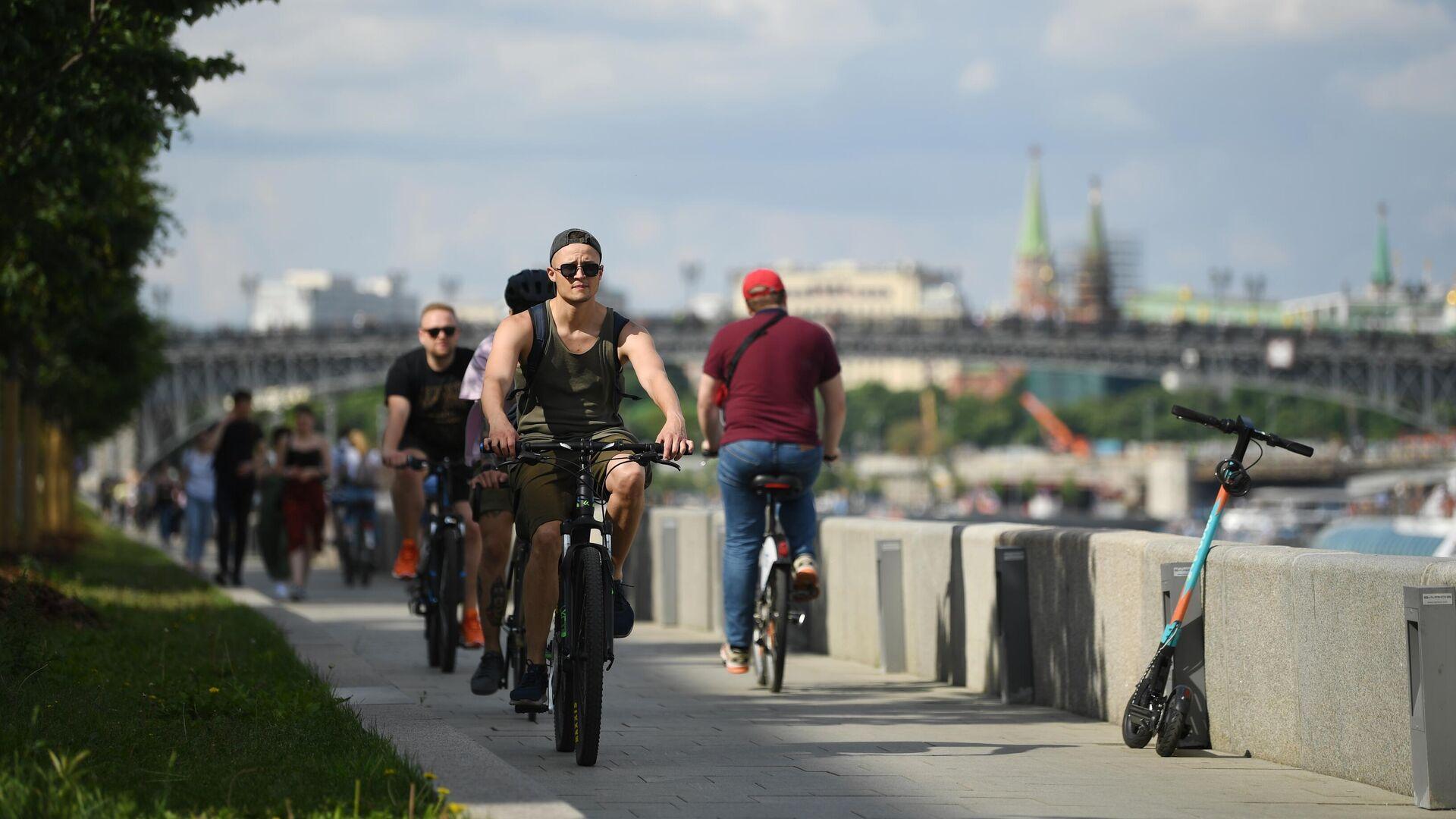 Люди катаются на велосипедах на Фрунзенской набережной в Москве - РИА Новости, 1920, 05.08.2021