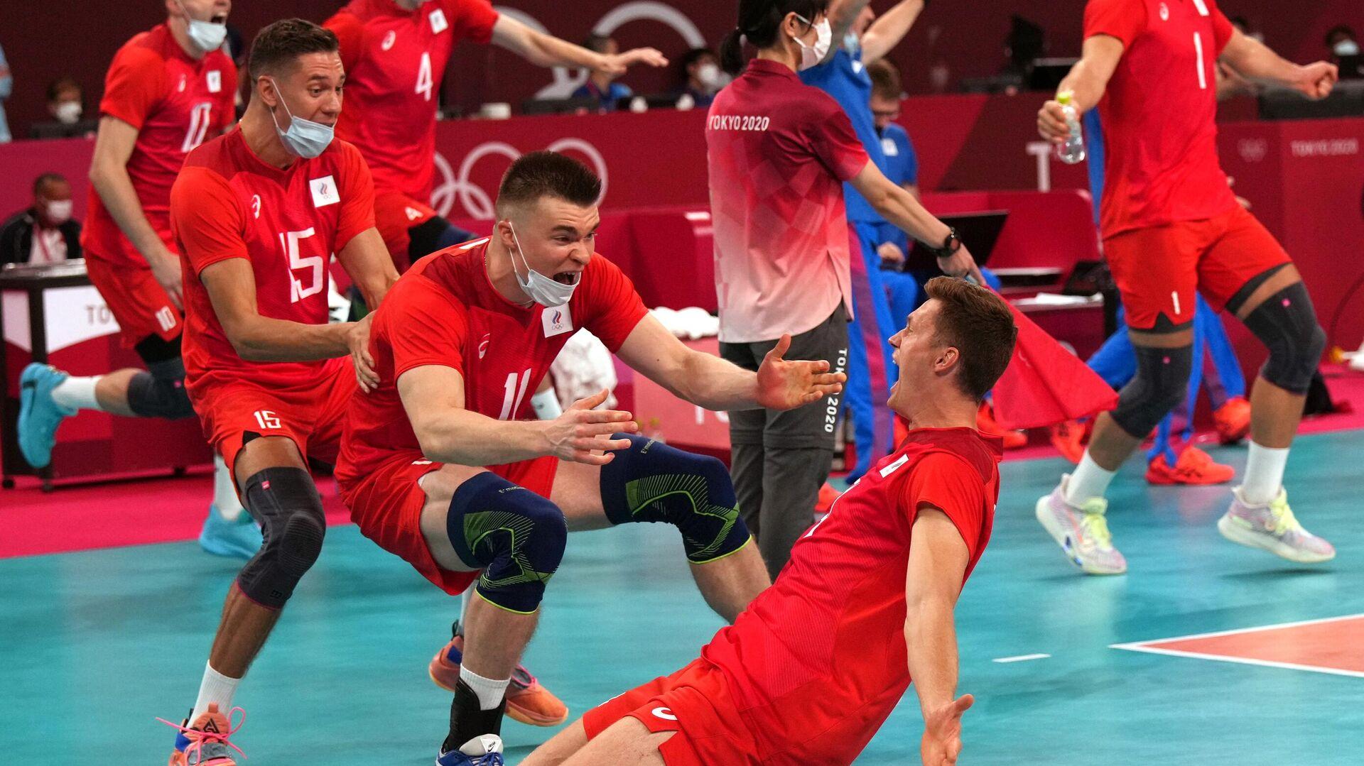Российские волейболисты радуются победе в полуфинальном матче соревнований по волейболу среди мужчин между сборными Бразилии и Олимпийского комитета России на XXXII летних Олимпийских играх в Токио - РИА Новости, 1920, 05.08.2021