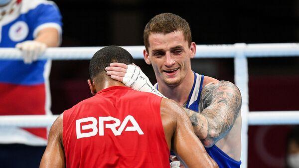 Глеб Бакши и Эберт Соуза после завершения полуфинального поединка соревнований по боксу среди мужчин в весовой категории до 75 кг на XXXII летних Олимпийских играх в Токио