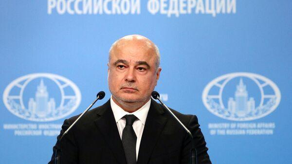 Заместитель директора Департамента информации и печати МИД РФ Александр Бикантов во время брифинга в Москве