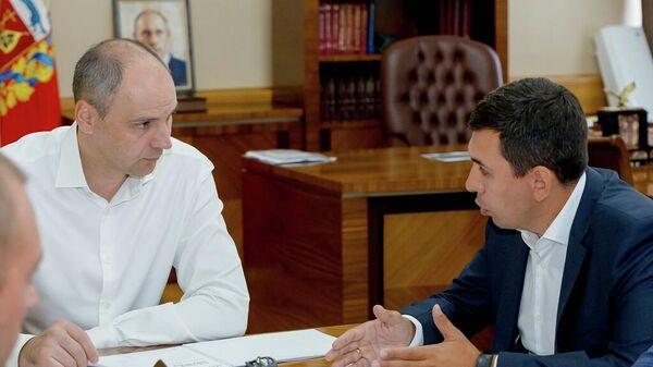 Генеральный директор ООО Торговый дом KSP Steel Вячеслав Мальцев во время рабочей встречи с губернатором региона Денисом Паслером