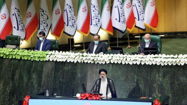 Новый президент Ирана Ибрахим Раиси во время принесения присяги в парламенте