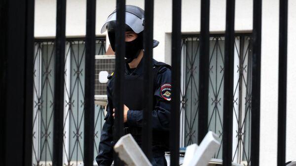 Сотрудник полиции возле ОМВД России по городу Истре, где находится изолятор временного содержания, из которого сбежали пятеро заключенных