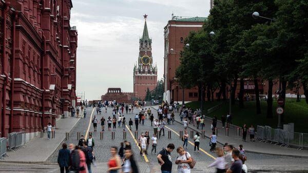 Прохожие на Кремлёвском проезде у Красной площади в Москве