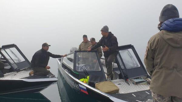 Сотрудники Кроноцкого заповедника в районе крушения вертолета Ми-8 недалеко от острова Сердце Алаида в Курильском озере