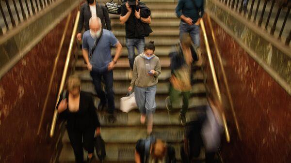 Пассажиры на станции Площадь Революции Московского метрополитена