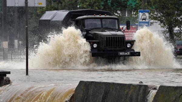 Грузовой автомобиль на подтопленной в результате ливневых дождей улице в Керчи