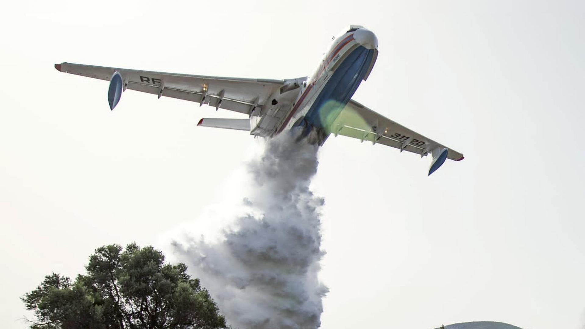 Российский самолет-амфибия Бе-200, задействованный для тушения пожаров в Турции - РИА Новости, 1920, 02.08.2021