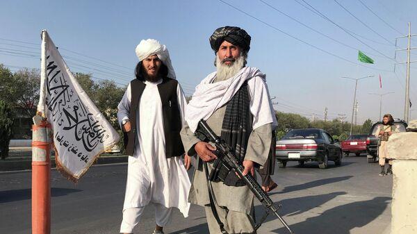 Боевики Талибана* у здания Министерства внутренних дел в Кабуле