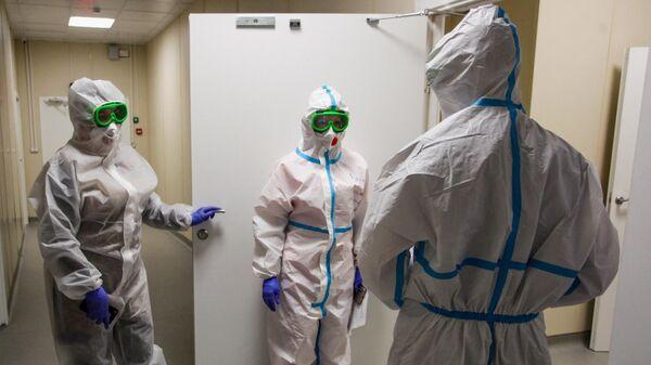 Медицинские работники в госпитале для лечения пациентов с внебольничной пневмонией в Иркутской области