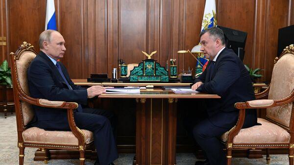 Президент РФ Владимир Путин и временно исполняющий обязанности губернатора Иркутской области Игорь Кобзев во время встречи