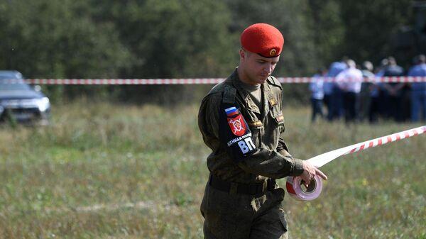 Сотрудник военной полиции в районе места крушения самолета Ил-112В в Подмосковье