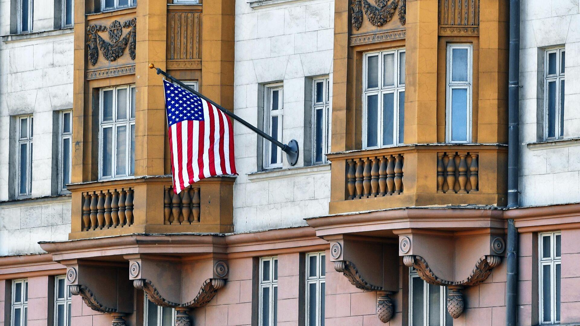 Государственный флаг США у американского посольства в Москве - РИА Новости, 1920, 10.09.2021