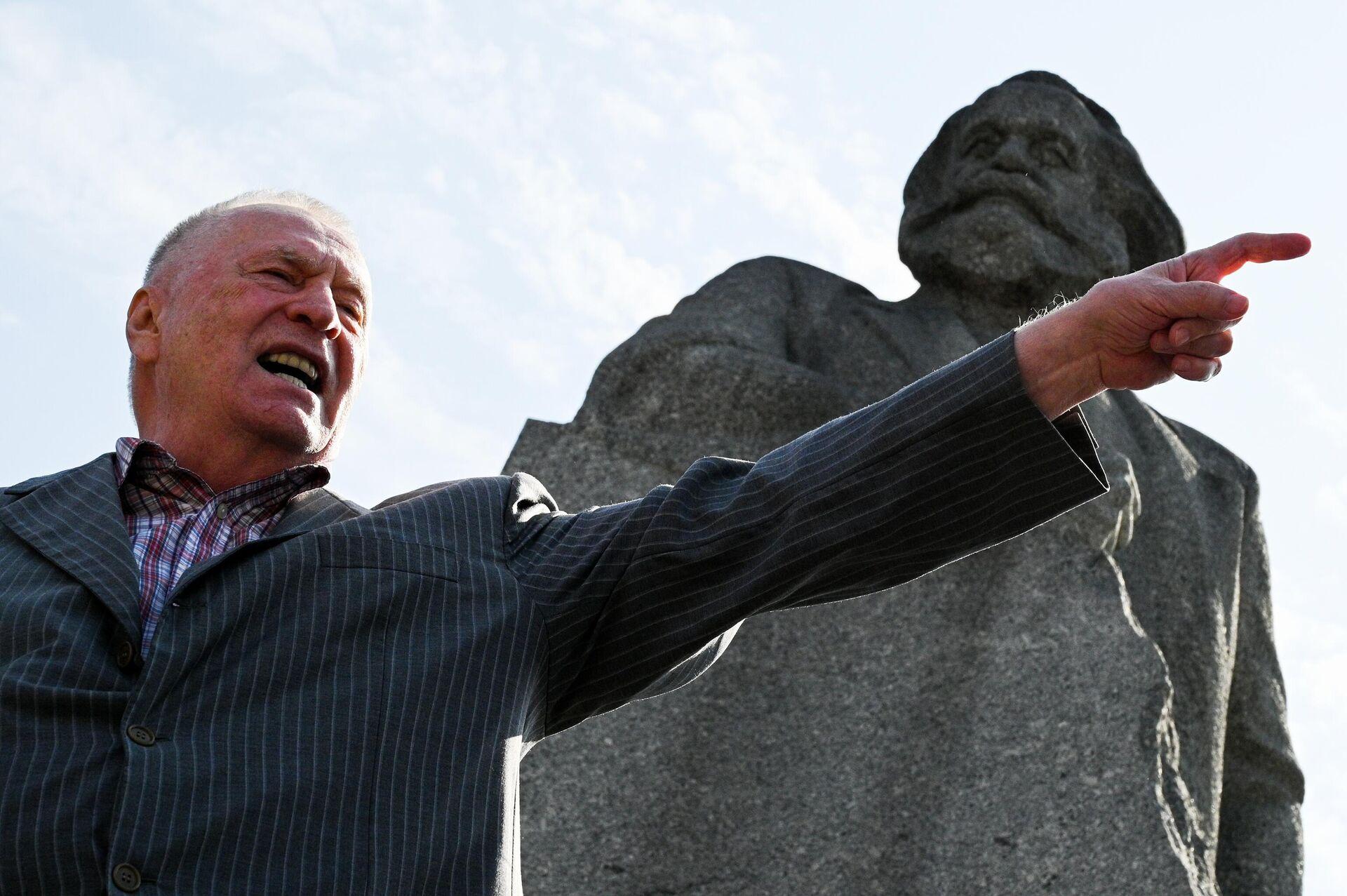 Лидер ЛДПР Владимир Жириновский выступает перед посетителями Фестиваля еды - РИА Новости, 1920, 09.09.2021