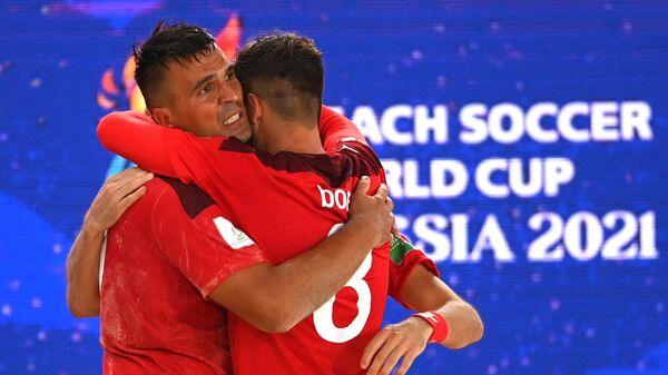 Игроки сборной Швейцарии Деян Станкович (слева) и Филипп Борер радуются забитому мячу в матче первого тура группового этапа чемпионата мира по пляжному футболу 2021 между командами Швейцарии и Бразилии.
