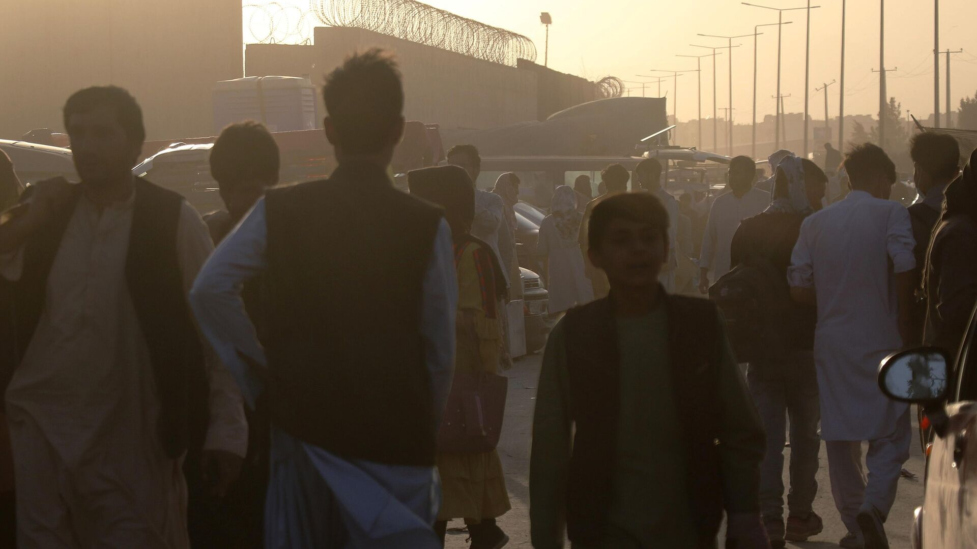 Люди возле пункта эвакуации возле международного аэропорта имени Хамида Карзая в Кабуле - РИА Новости, 1920, 26.08.2021