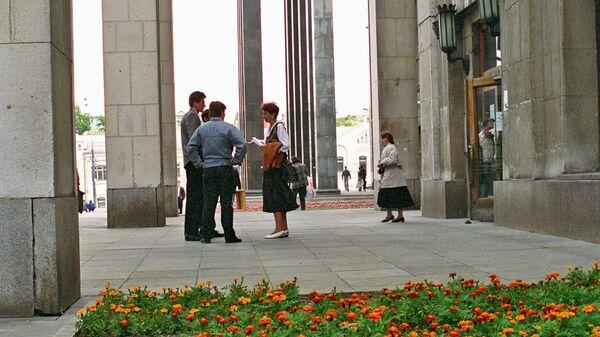 У входа в Российскую государственную библиотеку на улице Воздвиженка в Москве