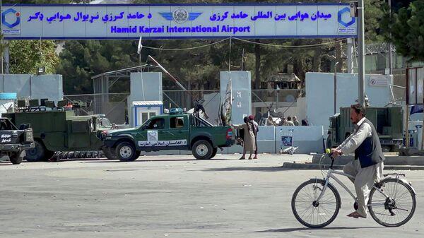Члены Талибана* на въезде на территорию аэропорта Кабула