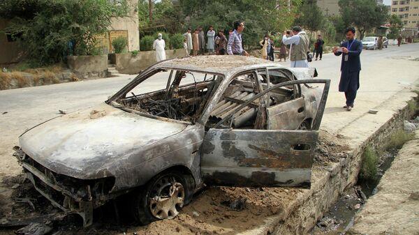 Сгоревший автомобиль, из которого была запущена ракета по аэропорту Кабула