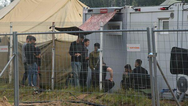 Нелегальные мигранты в лагере на границе Литвы и Белоруссии