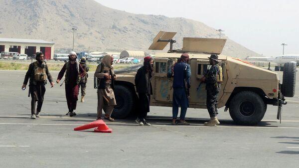 Члены Талибана* в международном аэропорту Хамида Карзая в Кабуле после вывода американских войск