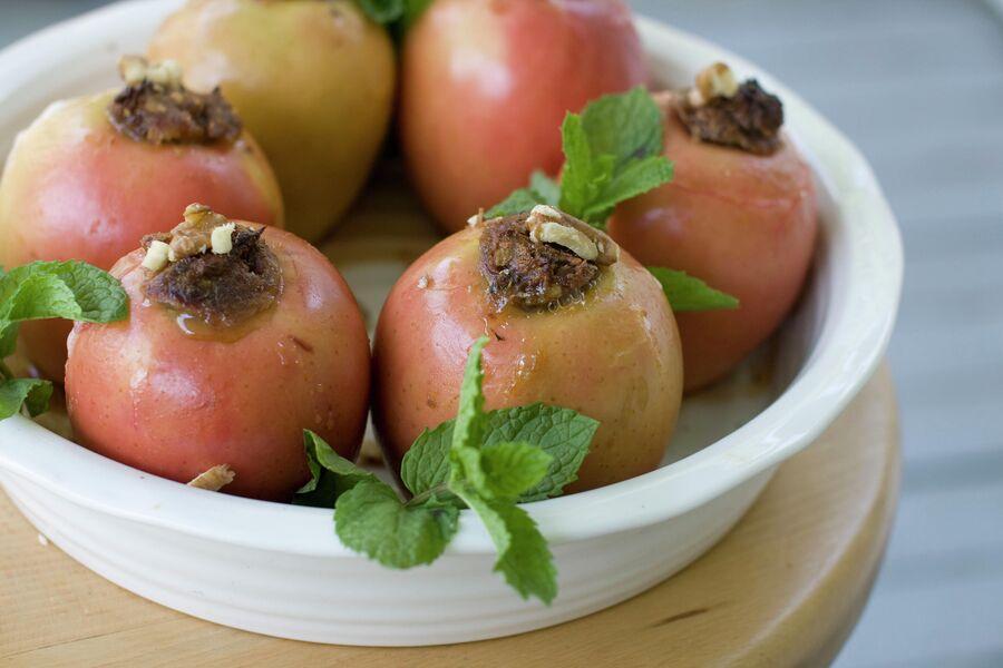 Традиционное блюдо на Рош ха-Шана — запеченные яблоки с медовыми финиками