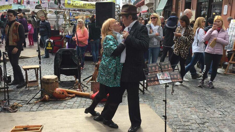 Танцы на улицах Буэнос-Айреса
