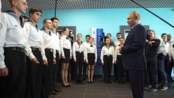 Президент РФ Владимир Путин общается со студентами МГУ им. Невельского