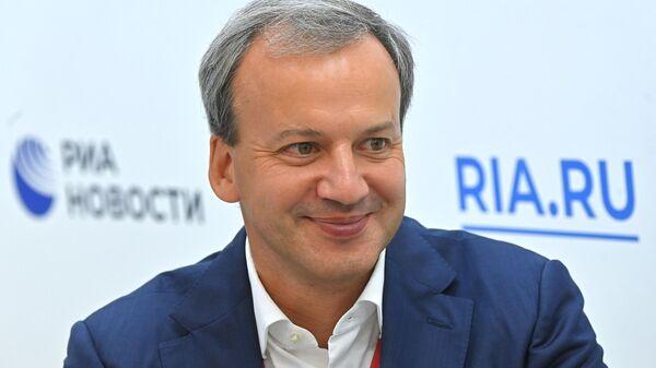 Председатель фонда Сколково Аркадий Дворкович во время интервью на стенде Международного информационного агентства (МИА) Россия сегодня на VI Восточном экономическом форуме во Владивостоке
